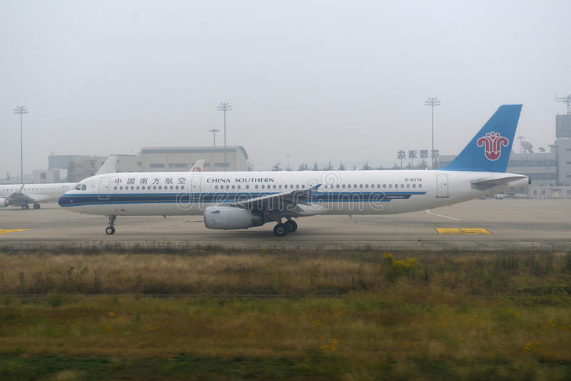 China Southern Airlines-Luchtbus 321 bij Nanjing-Luchthaven royalty-vrije stock afbeeldingen