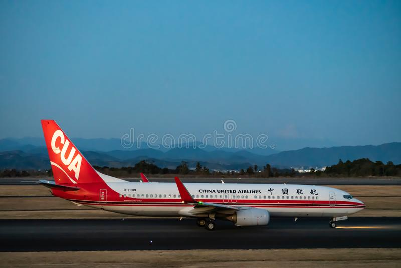 China United Airlines Boeing 737-800 besteuernd stockfotos