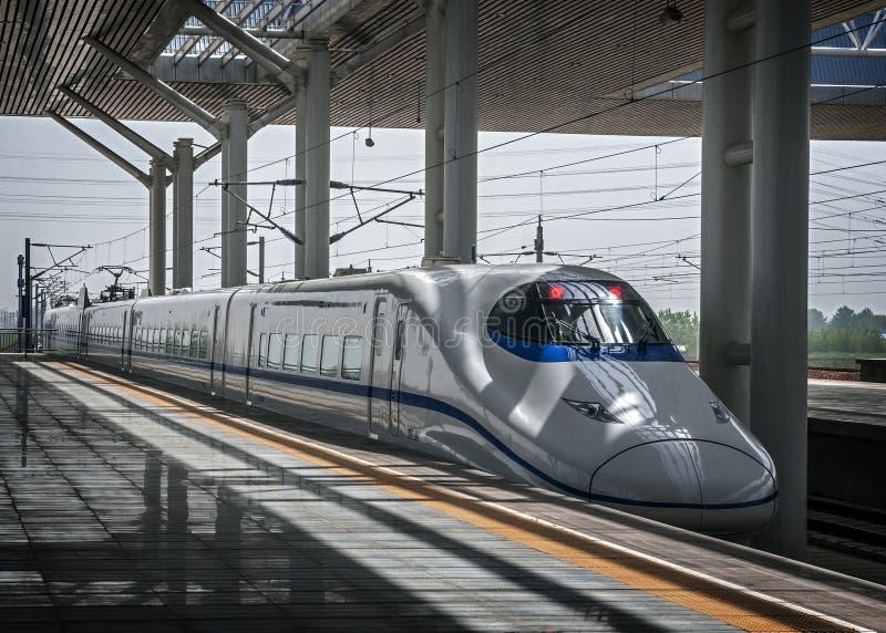 China, Xi ` A estação de trem do ` s da cidade ` Xi um trem de alta velocidade imagens de stock royalty free