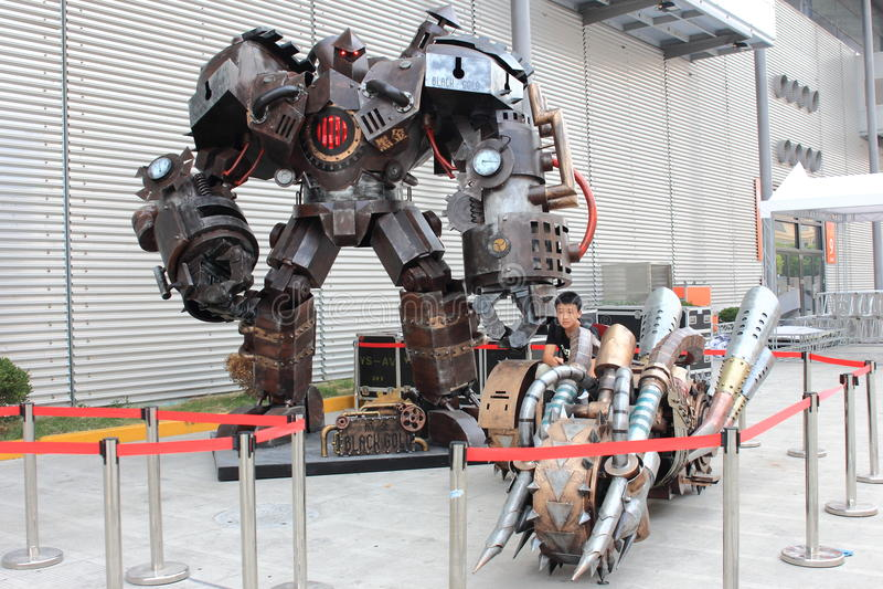 2013ChinaJoy: Svart guld- triumfvagnrobot royaltyfri foto