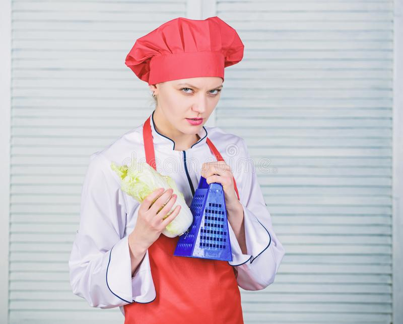 Chinakohl. Koch im Restaurant, gleichförmig. Ernährung und Vitamin. kulinarische Küche. biologisch und vegetarisch stockbild