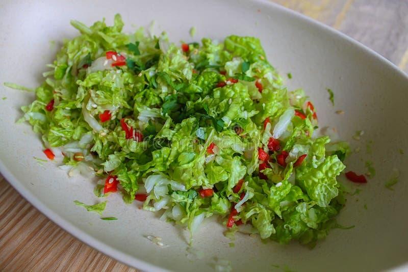 Chinakohlsalat mit rotem grünem Pfeffer stockbild