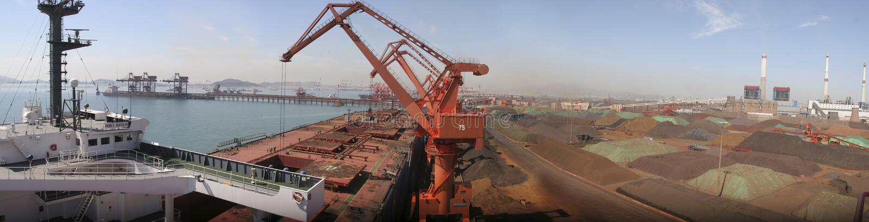 Qingdao-Hafen, China-Eisenerzanschluß lizenzfreie stockbilder