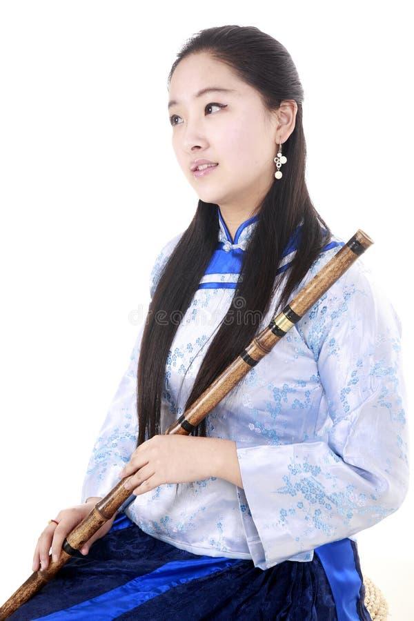 Chinas Bambusflöteausführender lizenzfreies stockfoto