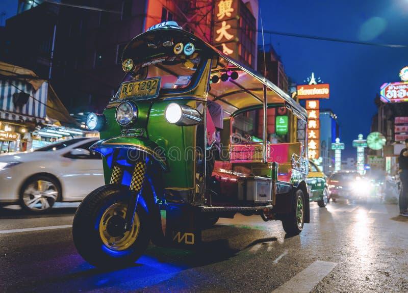 CHINATOWN, ΜΠΑΝΓΚΟΚ, ΤΑΪΛΑΝΔΗ - 05/05/18: Ταξί Tuk tuk που σταθμεύουν μέσα στοκ φωτογραφία με δικαίωμα ελεύθερης χρήσης