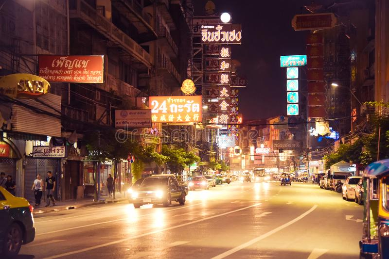 Chinatown, Bangkok, Thaïlande - 9 novembre 2017 : Voitures et boutiques sur la route de Yaowarat, la rue principale de la ville d photographie stock libre de droits