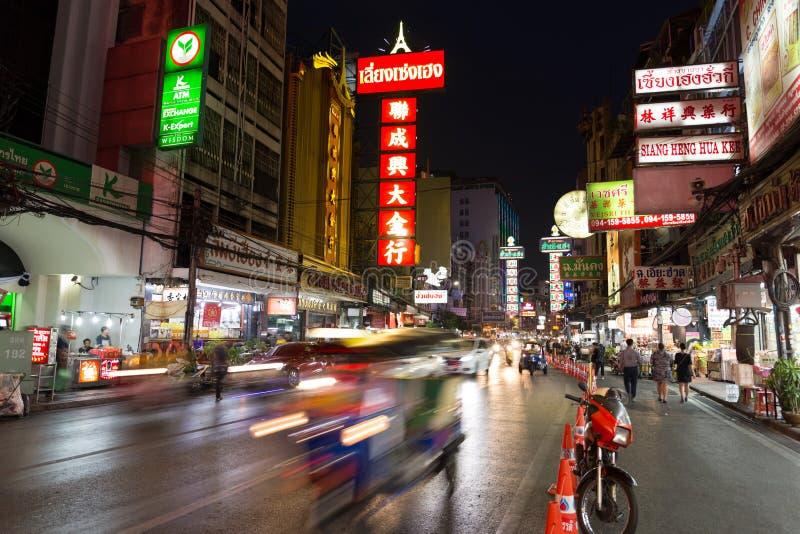 CHINATOWN, BANGKOK, THAILAND - 27 April, 2017: Bij van de Stadsbangkok van China de auto's lichte sleep royalty-vrije stock afbeelding