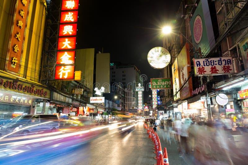 CHINATOWN, BANGKOK, THAILAND - 27 April, 2017: Bij van de Stadsbangkok van China de auto's lichte sleep royalty-vrije stock foto's