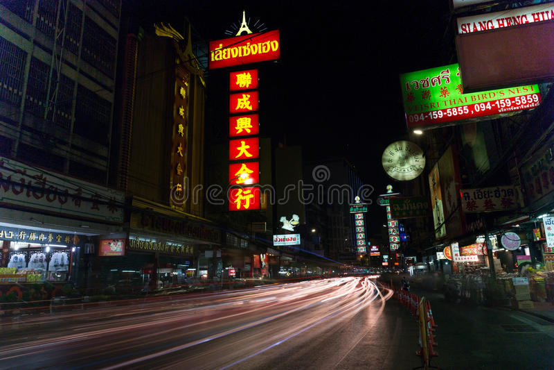 CHINATOWN, BANGKOK, THAILAND - 27 April, 2017: Bij van de Stadsbangkok van China de auto's lichte sleep stock fotografie