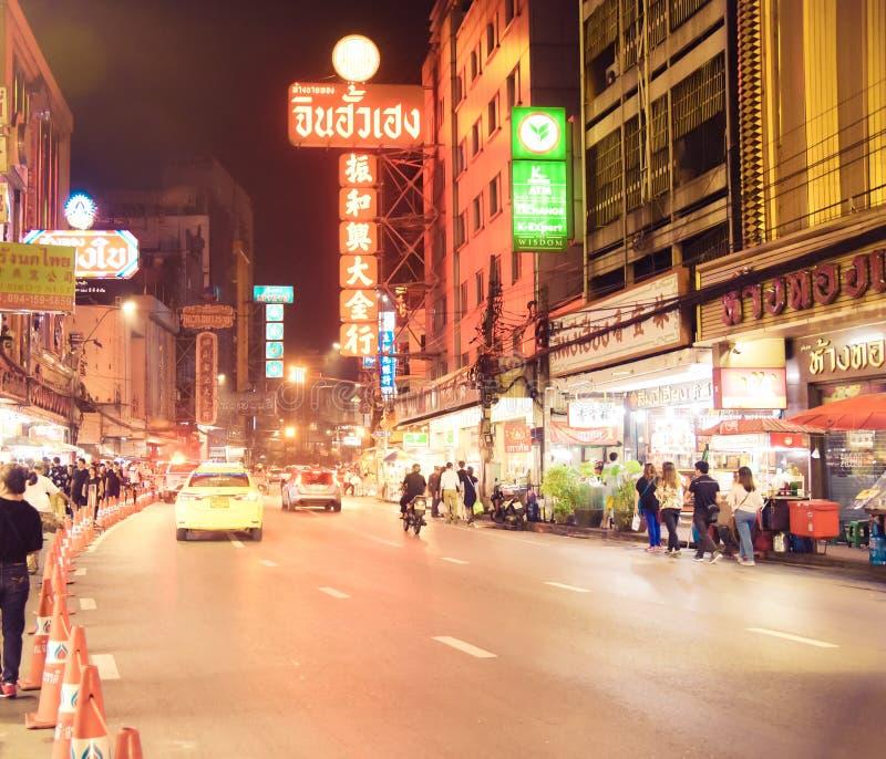 CHINATOWN, BANGKOK, THAILAND - 9 NOVAMBER, 2017: Auto's en winkels op Yaowarat-weg, de hoofdstraat van de stad van China stock afbeeldingen