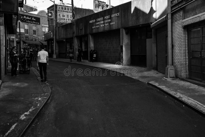 Chinatown New York Back alley con persone che camminano lungo il sentiero del marciapiede fotografia stock libera da diritti