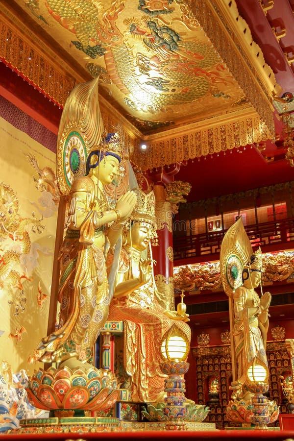 CHINATOWN, SINGAPORE - April 11, 2016: De binnenlandse mening van ornated richely de tempel van het de Tandoverblijfsel van Boedh stock fotografie