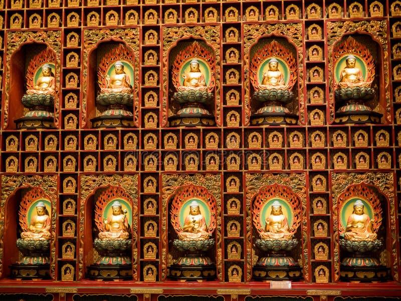 CHINATOWN, SINGAPORE - 24 NOV., 2018: Het standbeeld van de zitting van Boedha in meditatie en wachten voor Nirvana met dient rit royalty-vrije stock afbeelding