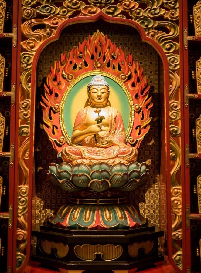 CHINATOWN, SINGAPORE - 24 NOV., 2018: Het standbeeld van de zitting van Boedha in meditatie en wachten voor Nirvana met dient rit royalty-vrije stock fotografie