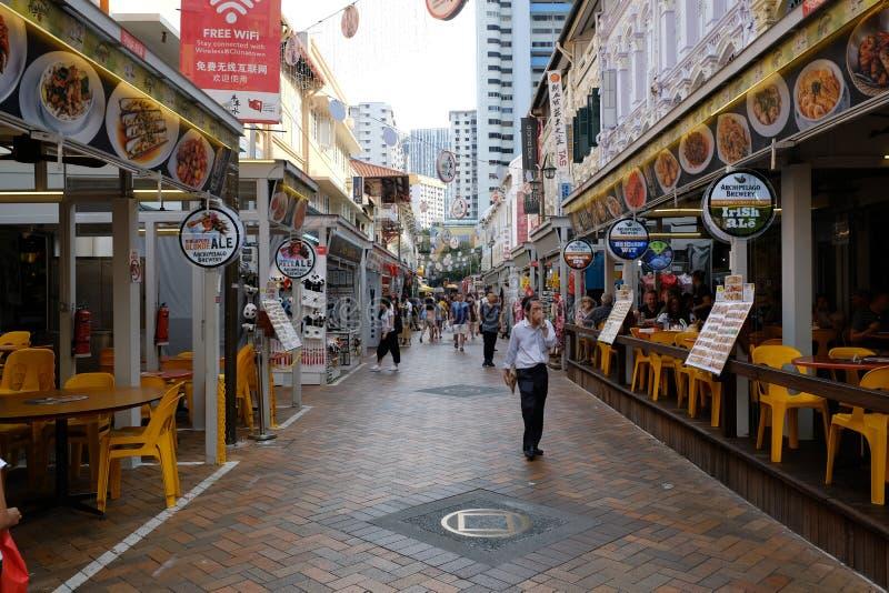Chinatown, Singapur - 8 de marzo de 2019: Chinatown con muchos turistas camina a trav?s del camino imagen de archivo