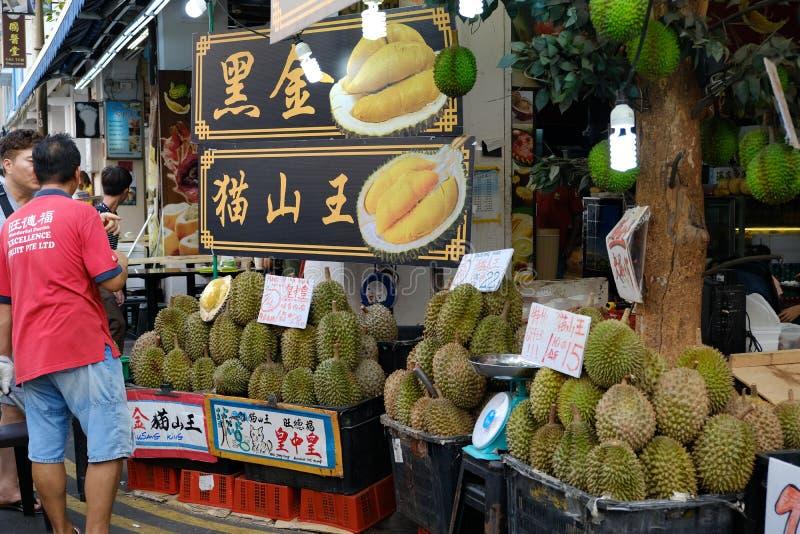Chinatown, Singapur - 8 de marzo de 2019: Hombre que vende el durian en el mercado de Chinatown fotografía de archivo