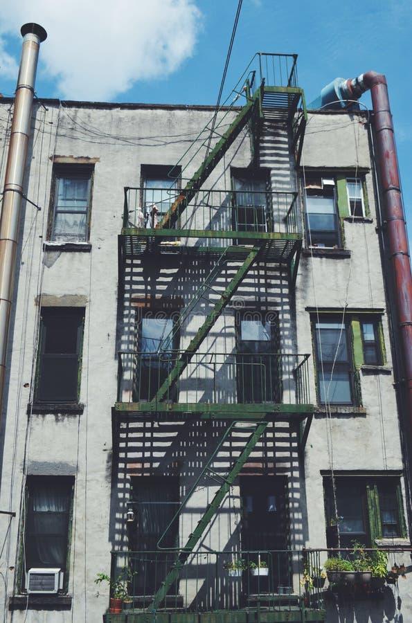 Chinatown-Wohnungs-Mehrfamilienhäuser mit Notausgang New York City Manhattan lizenzfreie stockfotografie