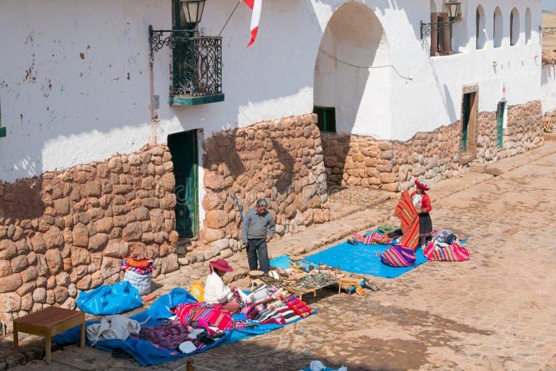 Chinchero esquadra preparações do mercado local cedo no m foto de stock royalty free