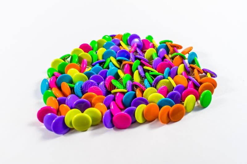 Chinchetas coloridas imagenes de archivo