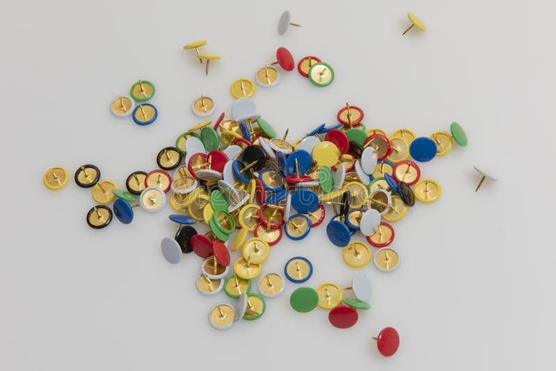 Chinchetas coloridas imagen de archivo