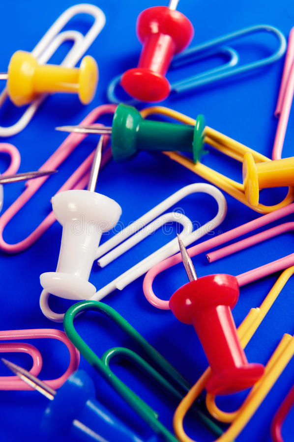 Chinchetas y Paperclips coloridos fotografía de archivo