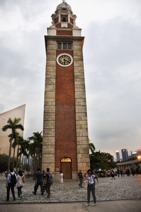 ChinChinese och besök för utlänningfolklopp på fyrkanten av gamlan Kowloon - järnväg klockatorn för kanton i Hong Kong, Kina royaltyfria foton