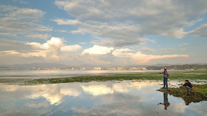 Chine-beau coucher du soleil de Yunnan dans le lac Erhai photo stock