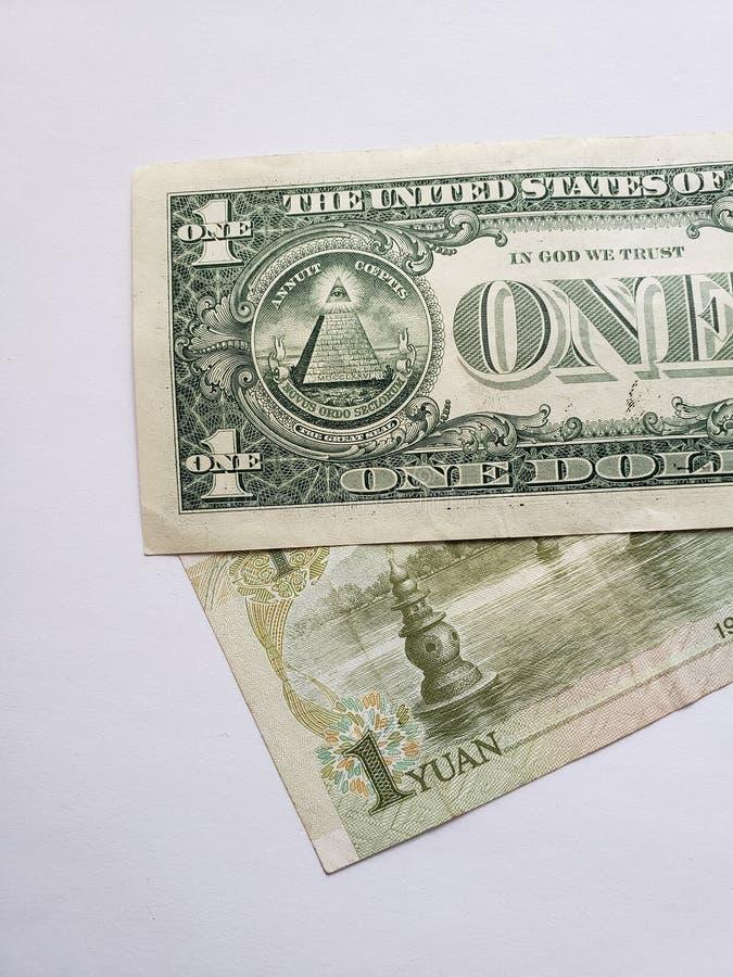 Chinees bankbiljet van één yuan, Amerikaanse dollarrekening en witte achtergrond royalty-vrije stock foto