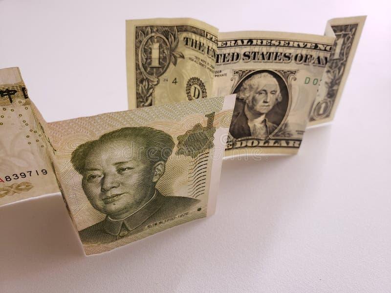 Chinees bankbiljet van één yuan en Amerikaanse dollarrekening stock foto's