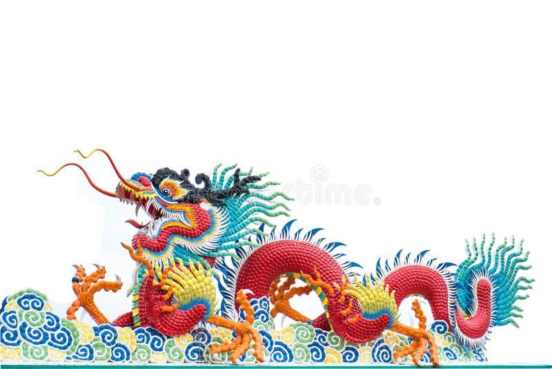Chinees die draakbeeldhouwwerk op witte achtergrond wordt geïsoleerd stock foto's