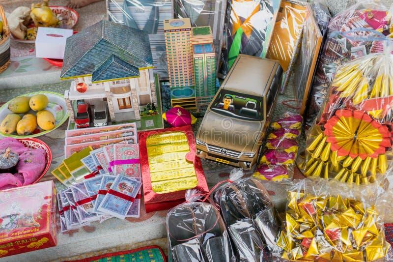 Chinees document met voorwerpen, voedsel en cracker het voorbereiden van het branden voor Chingming stock fotografie