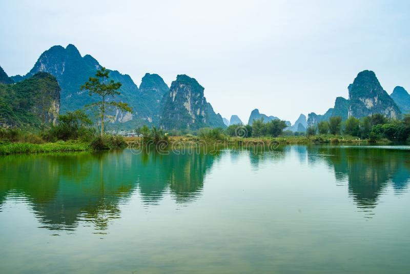 Chinees dorp, Karst berglandschap royalty-vrije stock afbeelding