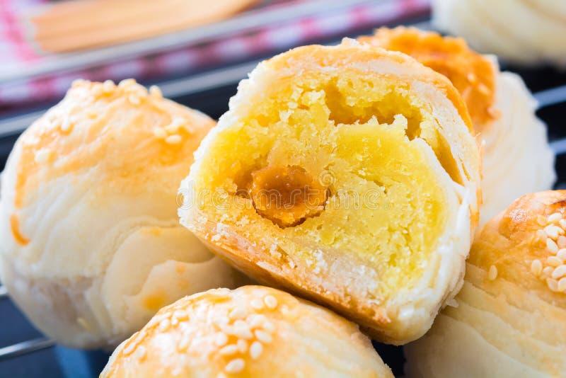 Chinees gebakje met eierdooier en witte sesam royalty-vrije stock afbeelding