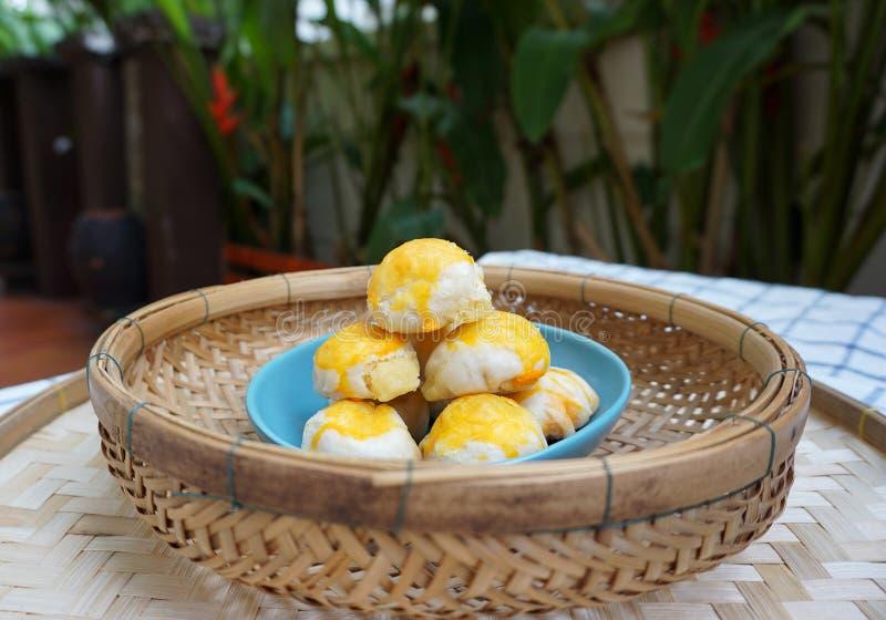Chinees gebakje met gezouten eierdooier stock fotografie