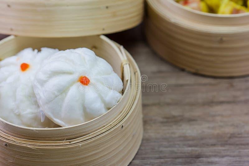 Chinees gestoomd broodje in bamboewaren stock foto's