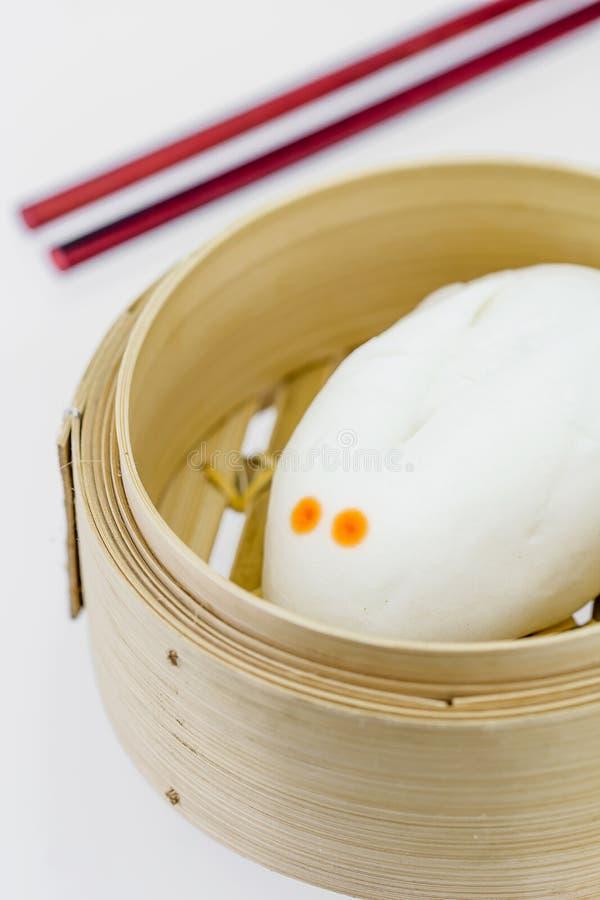 Chinees gestoomd broodje in bamboewaren royalty-vrije stock afbeeldingen