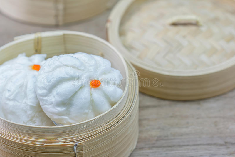 Chinees gestoomd broodje in bamboewaren royalty-vrije stock afbeelding