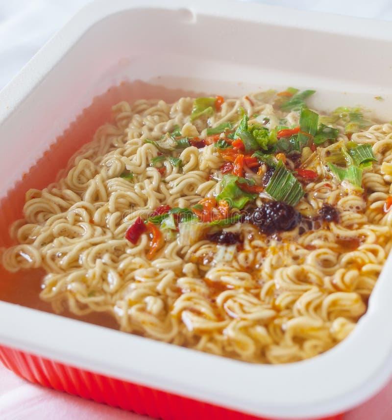 Chinees heerlijk noedelvoorgerecht met kruiden en smaakstof als symbool van straatvoedsel royalty-vrije stock fotografie