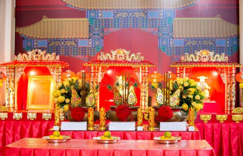 Chinees heiligdom De Chinese lijst van de Nieuwjaarpartij in rood en gouden thema met voedsel en traditionele decoratie stock afbeeldingen