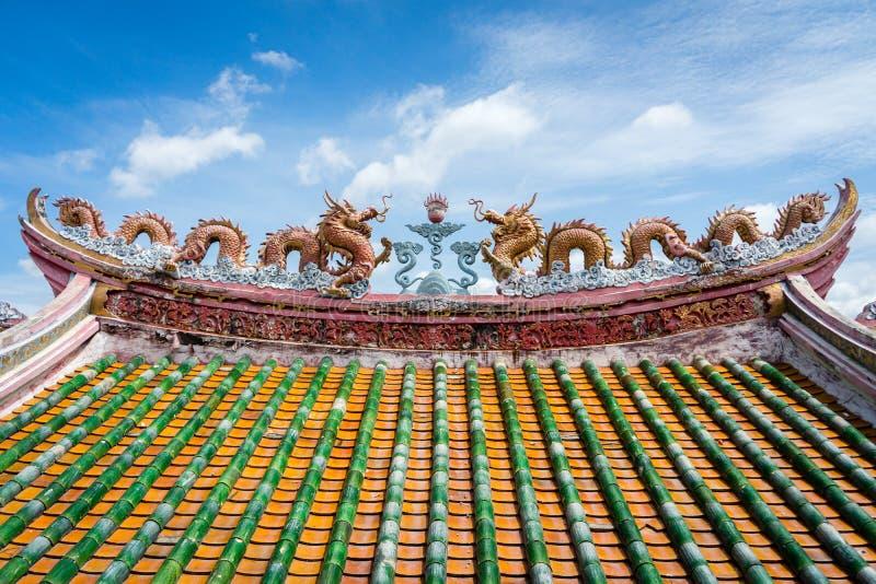Chinees heiligdomdak met drakendecoratie stock afbeeldingen