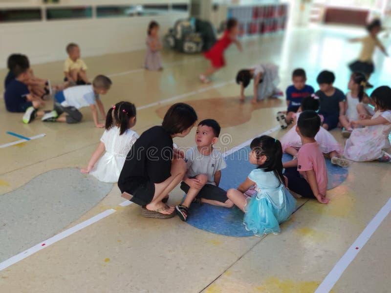 Chinees leraars berispend kind stock afbeelding