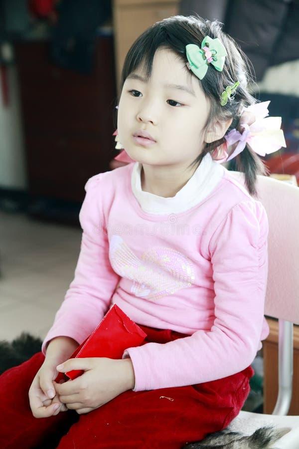 Chinees meisje dat op TV let royalty-vrije stock foto's