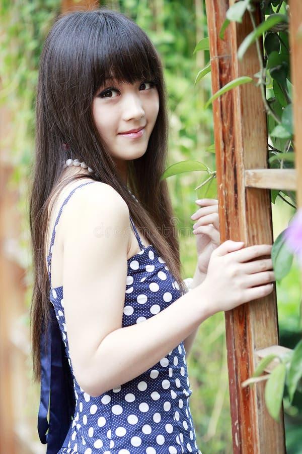 Chinees meisje in de tuin stock afbeelding