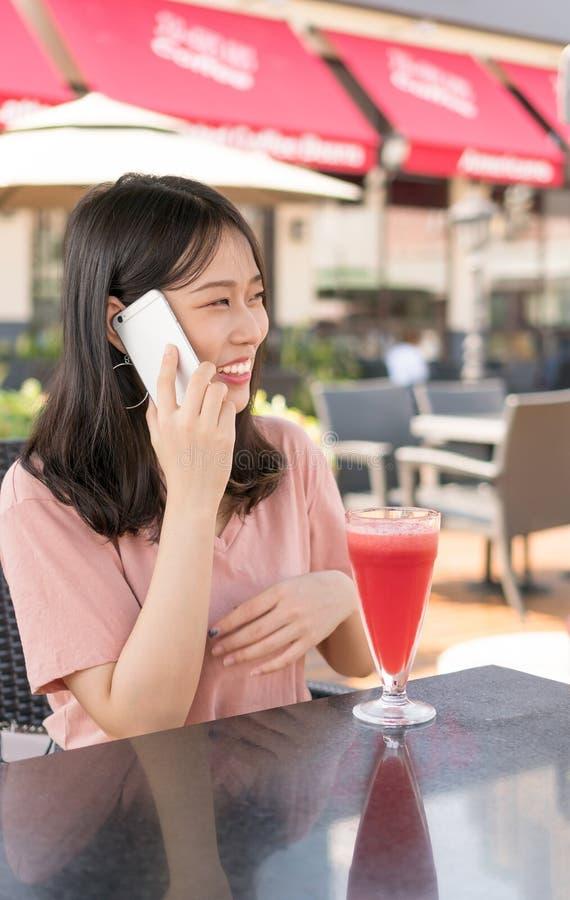 Chinees meisje die binnen koffie roepen stock foto