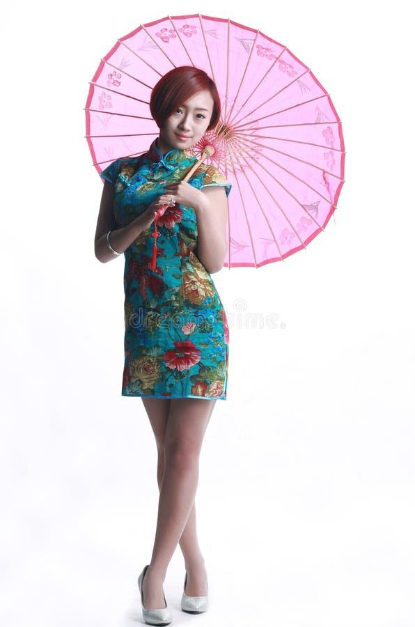 Chinees meisje die een cheongsamparaplu dragen royalty-vrije stock fotografie