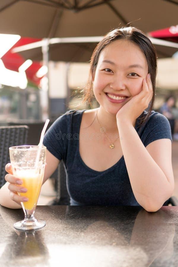 Chinees meisje in koffie stock fotografie