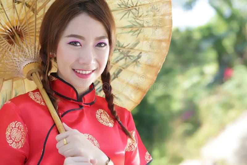 Chinees meisje met kleding traditionele Cheongsam stock afbeelding