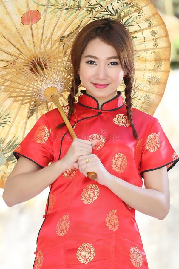 Chinees meisje met kleding traditionele Cheongsam stock fotografie