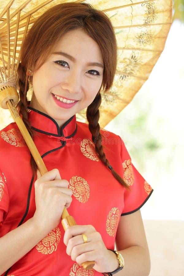 Chinees meisje met kleding traditionele Cheongsam royalty-vrije stock fotografie
