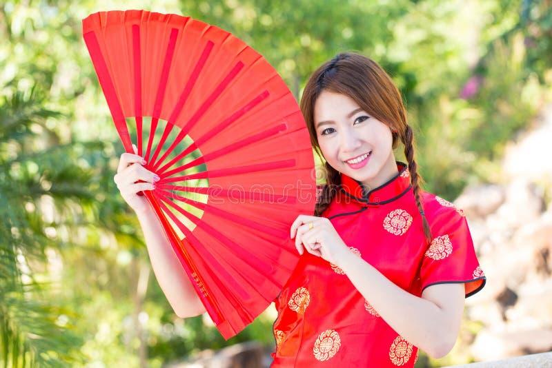 Chinees meisje met kleding traditionele Cheongsam stock afbeeldingen